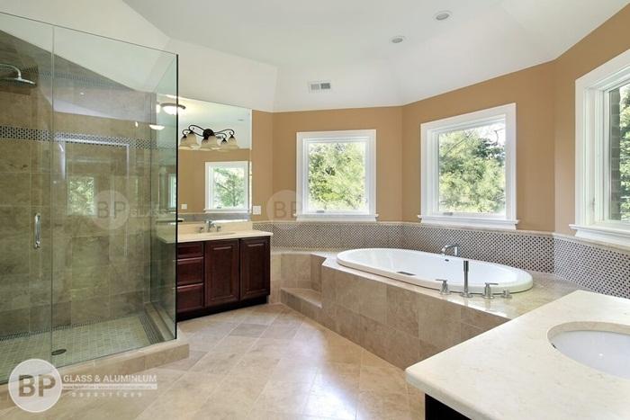 Nhà vệ sinh có vách kính cường lực mang lại tác dụng gì?