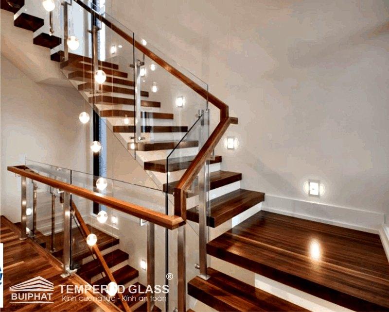 Cầu thang kínhtrụ gỗ