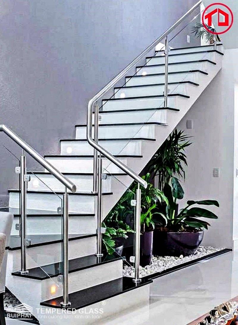 Cầu thang sắt kính