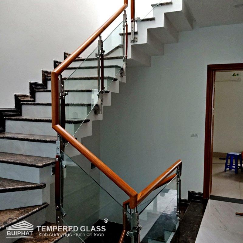 Kính cường lực làm cầu thang